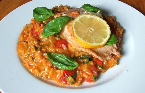 Lachs auf Tomaten-Basilikum-Risotto