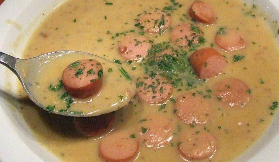Cremige Erbsensuppe mit Frankfurter Würstchen