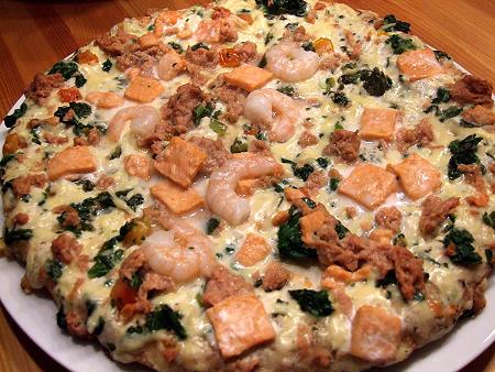 Fertig gebackene Meeresfrüchtepizza