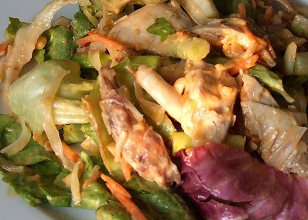 Asiasalat mit Hühnchenfleisch, Glasnudeln und Erdnuss-Chili-Dressing
