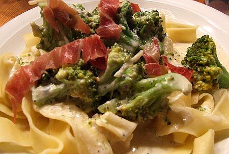 Üppige Broccoli-Käsesoße zu breiten Bandnudeln.