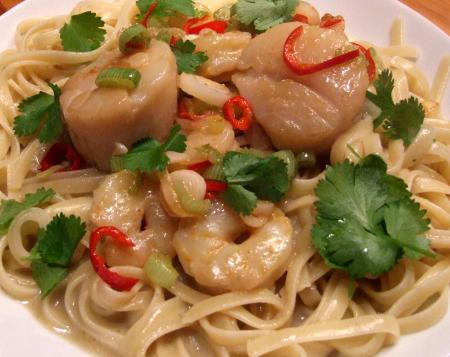 Linguine mit Jakobsmuscheln und Garnelen in grüner Thai-Curry-Soße