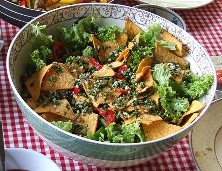 leckerer mexikanischer salat mit chips und kr utern lotta kochende leidenschaft. Black Bedroom Furniture Sets. Home Design Ideas