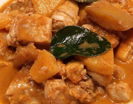 Rotes Thai-Fischcurry mit Mango und Ananas
