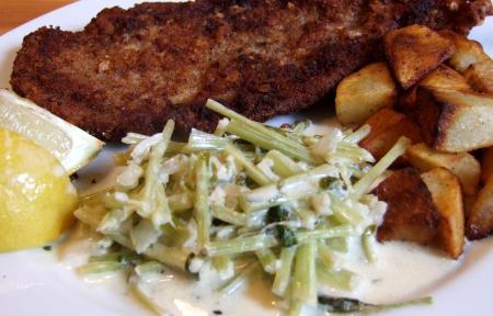 Schnitzel mit Stielmus und Bratkartoffeln