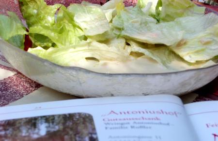 Salat mit seltsamen Dressing im Antoniushof