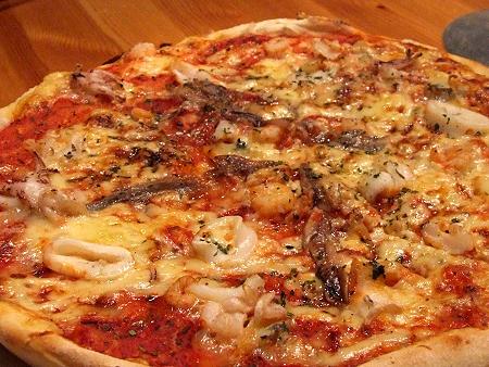 """Pizza Meeresfrüchte von """"Pizza Lorenzo"""" fertig gebacken"""