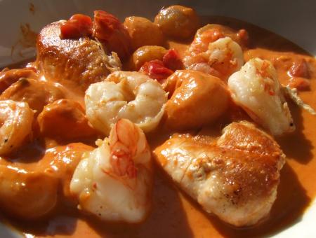 Rotes Curry mit Hähnchenbrust, Garnelen und Früchten