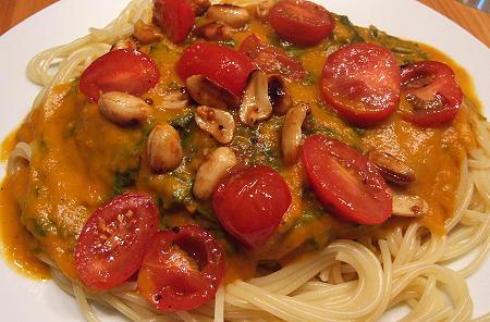 Spaghetti mit Rucola, Tomaten und Kürbissoße