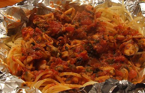 Spaghetti mit Meeresfrüchten (in Alufolie im Ofen gegart)