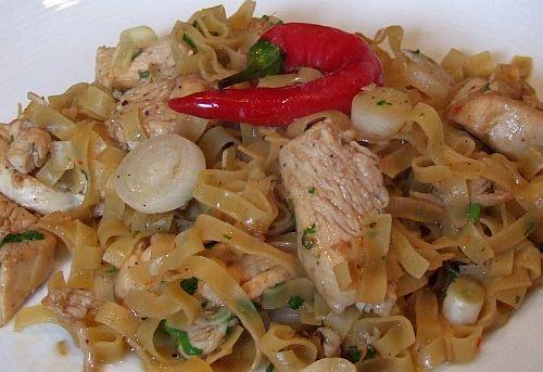 Gebratene Hühnerbrust mit Ingwer und Nudeln