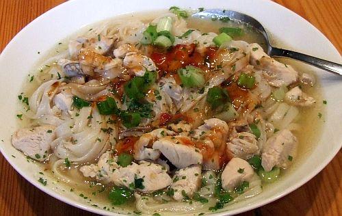Khao Biek - Hühnersuppe mit Reisnudeln