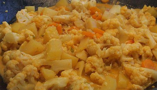 Indisches Kokos-Curry mit Blumenkohl (vegetarisch)