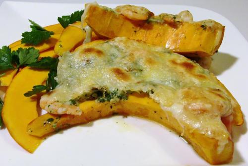 Kürbisschnitze gratiniert mit petersilienbutter krabben und käse