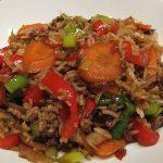 Asiatischer gebratener Reis mit Rinderhack und Gemüse