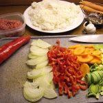 Zutaten für gebratenen Reis mit Rinderhack und Gemüse