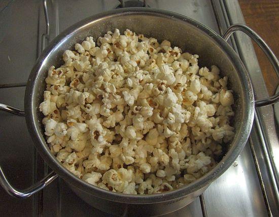 Hausgemachtes Popcorn: fertig aufgepoppt, noch ungezuckert