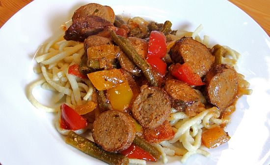 Bratwurstgulasch mit Paprika und grünen Bohnen