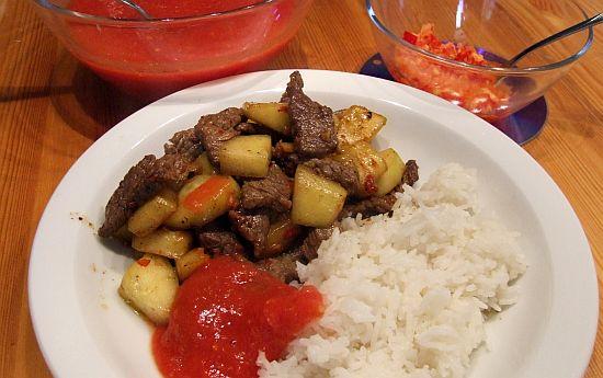 Rindfleisch thailändisch mit zwei Soßen