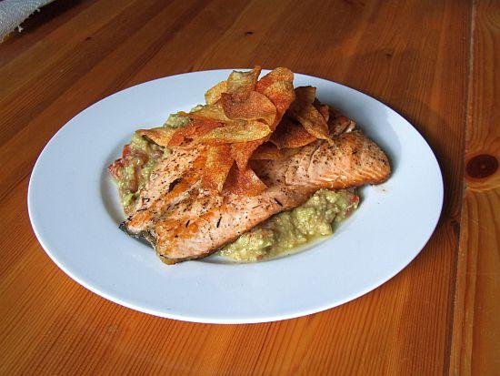 Gebratenes Lachsfilet mit Avocado und Kartoffelchips