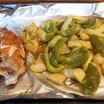 Frisch vom Blech: Hähnchenbrust mit Rosmarinkartoffeln, Ofengemüse und Kräuterdip