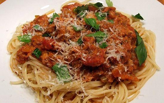 Improvisierte Tomaten-Thunfisch-Soße für Pasta