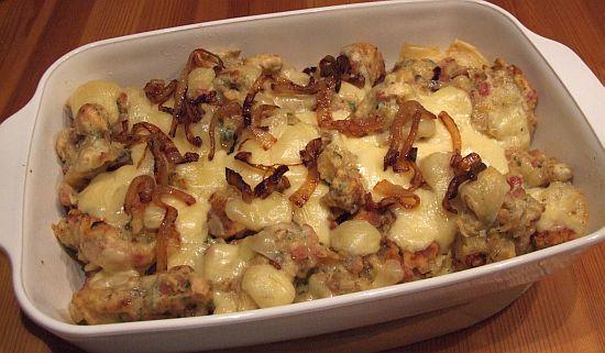 Brotknoepfle mit Käse überbacken und Röstzwiebeln