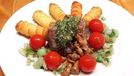 Rinderfilet mit Pfifferling-Sahnesoße, Borretschpesto und Kartoffelkroketten
