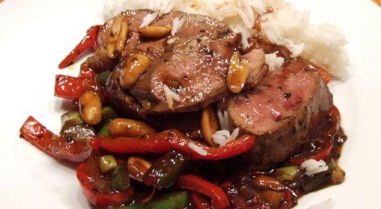 scharfe Ente chinesisch mit Paprika und Erdnüssen