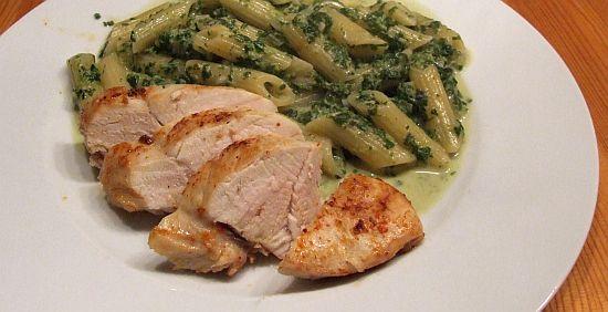 Hähnchenbrust mit Penne in Gorgonzola-Spinat-Soße
