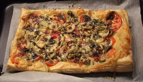 Falsche Pizza mit Tomate Käse Oliven und Zwiebeln (fertig gebacken)