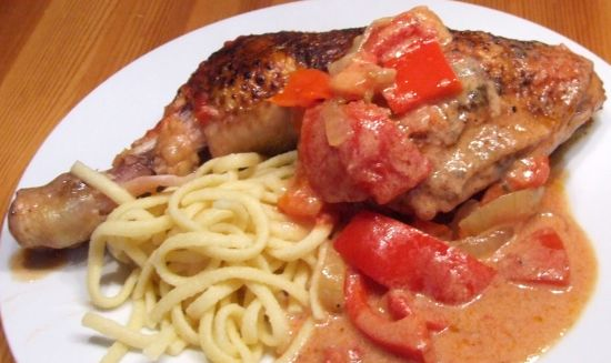 Hähnchen-Paprika-Topf mit pikanter Tomaten-Joghurt-Soße