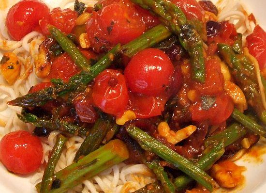 Foto: Asiatisch-scharfe Tomaten und grüner Spargel mit Asianudeln
