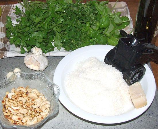 Foto: Zutaten für Basilikum-Petersilien-Pesto