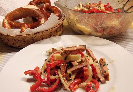 Foto: Gebratener Leberkässalat mit Honig-Senf-Vinaigrette und Laugenbrezeln