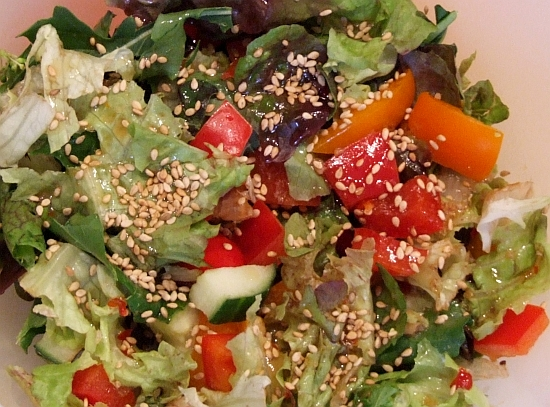 Foto: Gemischter Salat mit asiatischem Salatdressing