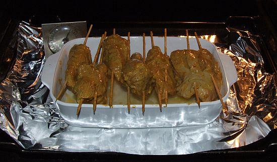 Foto: Tandoori-Chicken-Spieße vor dem Backen