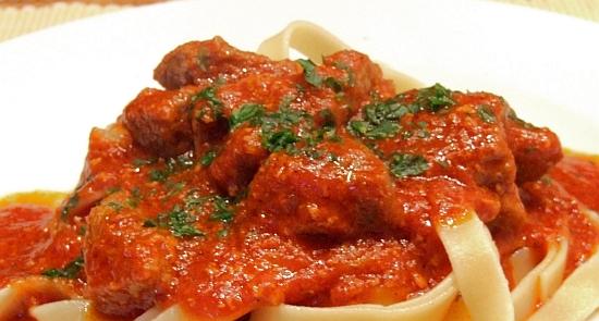 Foto: Ziegenragout in Tomatensoße zu Pasta