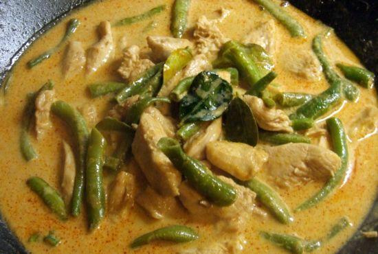 Foto: Hähnchenbrust mit grünen Bohnen und roter Currypaste