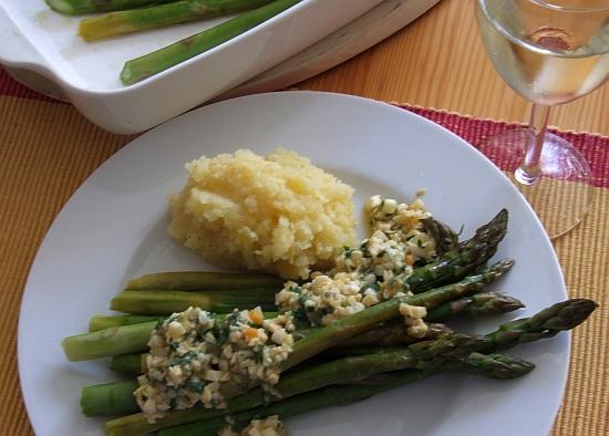 Foto: Spargel mit Zitronenstampfkartoffeln und Eier-Kresse-Vinaigrette