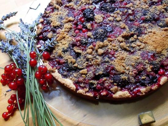 Beerenkuchen mit Lavendelstreusel