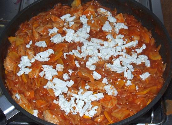 Foto: Griechische Reisnudeln mit Hähnchenbrust, Zucchini und Feta in Tomatensosse