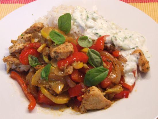 Foto: Gyros-Pfanne mit Hähnchen, Zucchini, Paprika und Tsatsiki