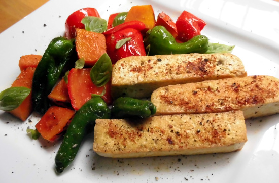 krosse Tofuschnitten mit Kürbis-Paprika-Gemüse