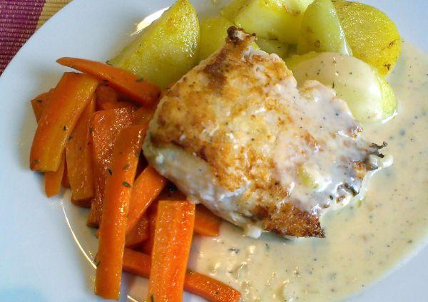 Foto: Gebratener Fisch mit Karotten und Thymian-Sahne-Soße
