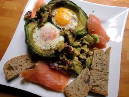 Gebackene Avocado mit Ei und Räucherlachs