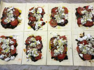 Foto: Tomaten-Ziegenkäse-Tartes fertig belegt zum Backen