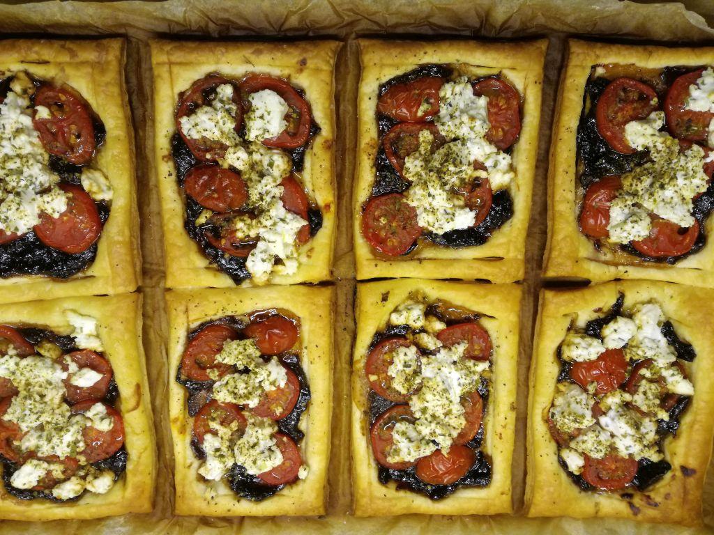 Foto: fertig gebackene Tomaten-Ziegenkäse-Tartes