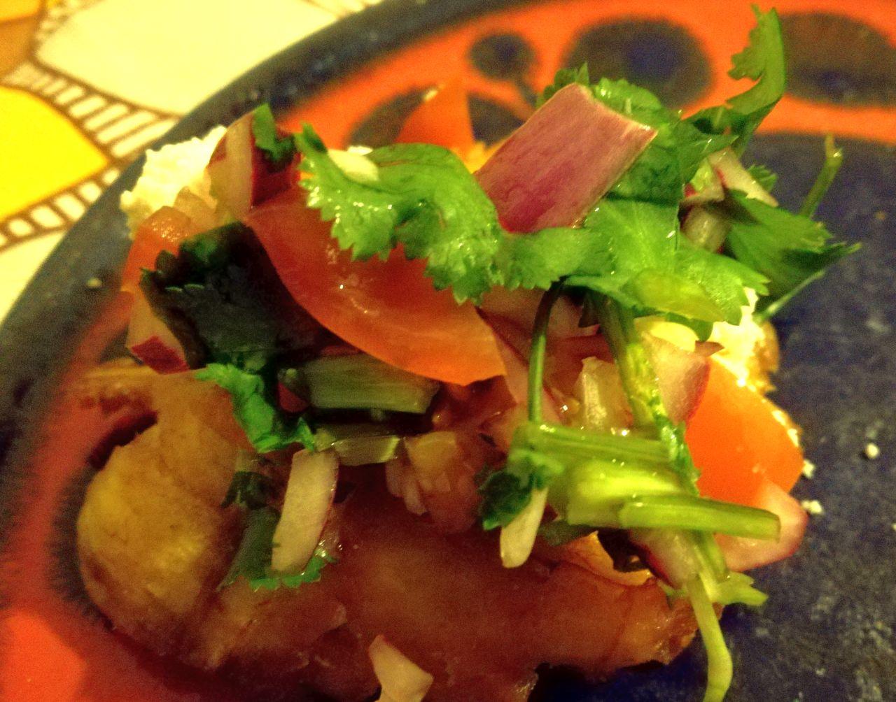 Foto: Tostones: frittierte Kochbanane mit Pico de Gallo